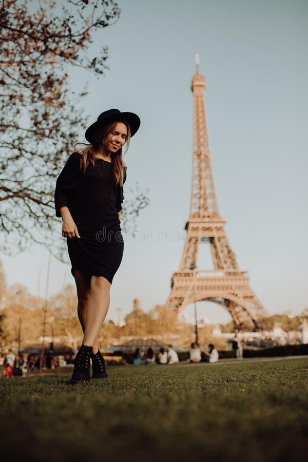 巴黎假期 在艾菲尔铁塔附近的幸运女孩 库存照片