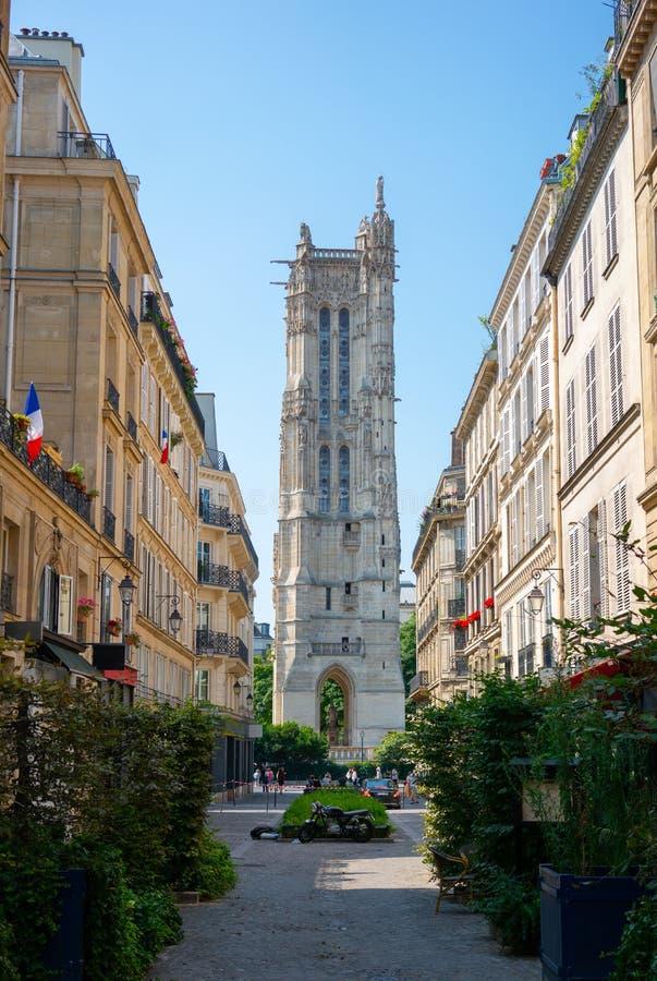 巴黎典型的街道和圣雅克哥特式的火焰状饰塔 免版税库存照片