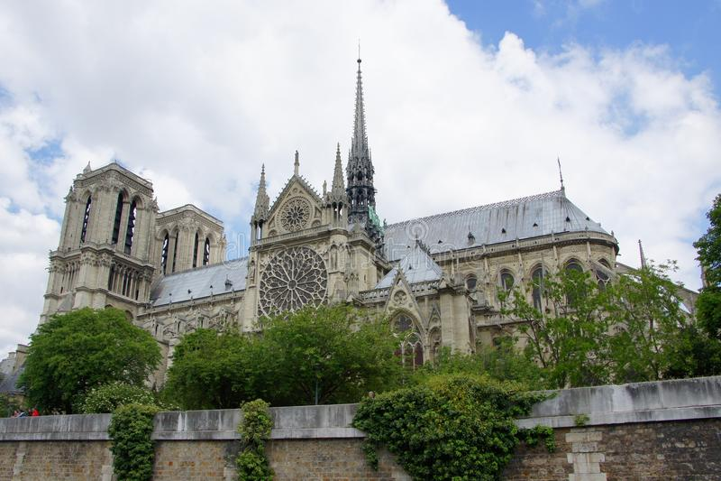 巴黎圣母院从塞纳河的大教堂视图 免版税库存照片