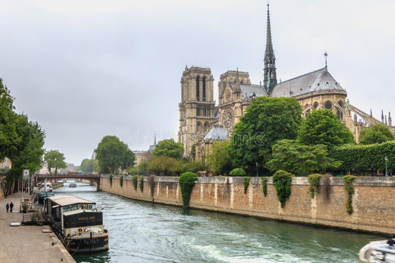 巴黎圣母院侧视图塞纳河的有驳船的 免版税图库摄影