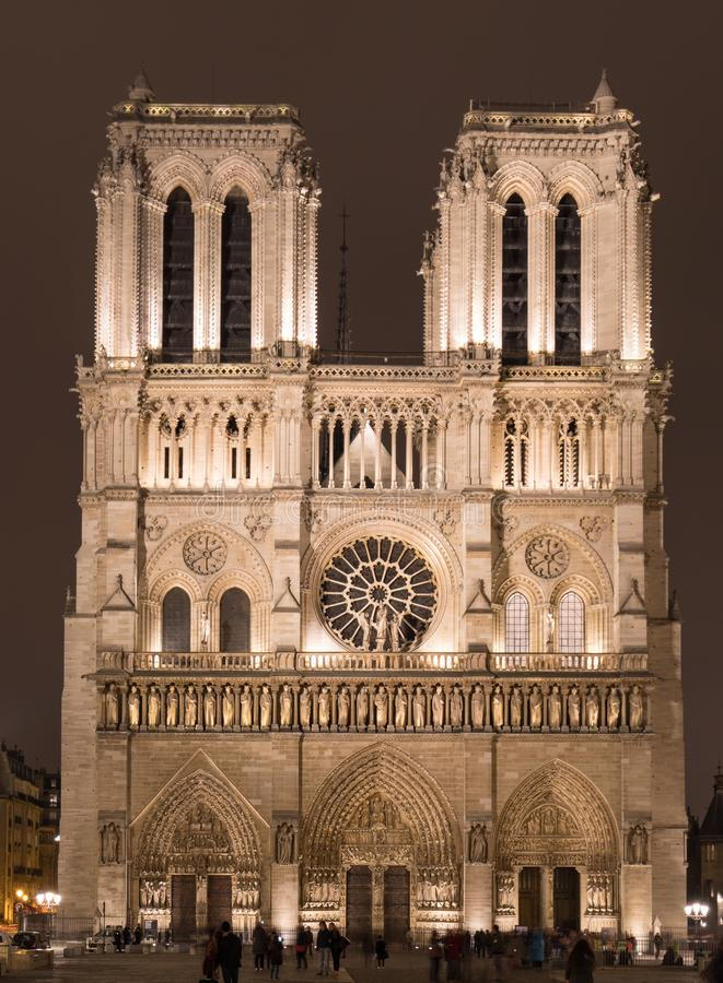 巴黎圣母院升在晚上在巴黎,法国 库存照片