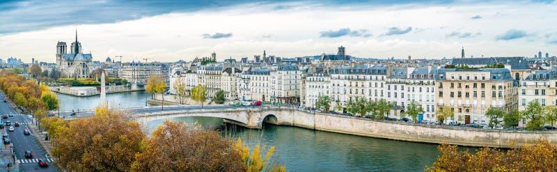 巴黎圣母院和塞纳河全景在秋天 免版税图库摄影