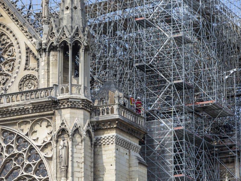 巴黎圣母院在火以后的巴黎 库存图片