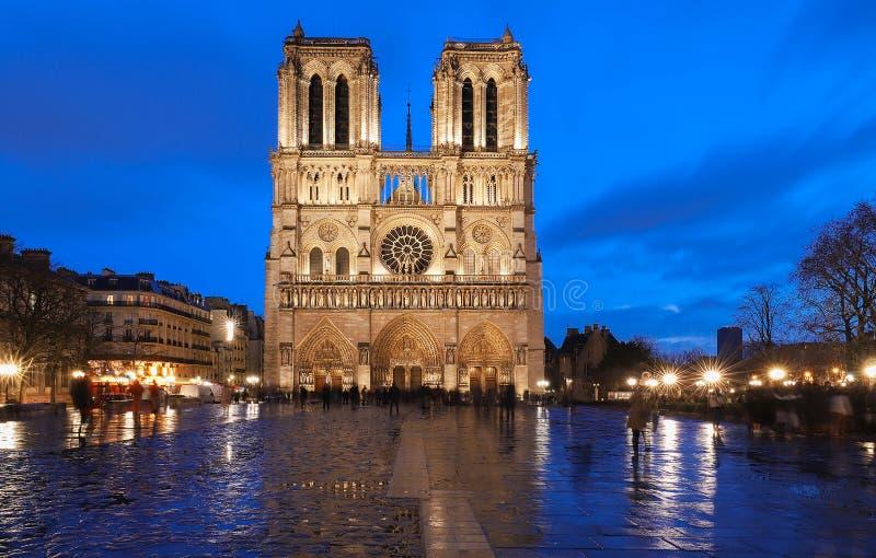 巴黎圣母院多雨晚上,巴黎,法国 图库摄影