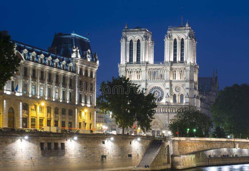 巴黎圣母院大教堂在晚上,法国 免版税库存照片