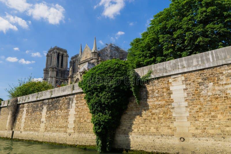 巴黎圣母院大教堂的恢复在火以后的 r 从河塞纳河的看法 图库摄影