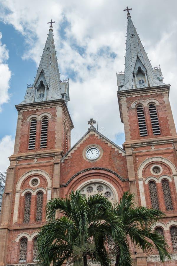 巴黎圣母院大教堂西贡,受欢迎的旅游胜地的前面在胡志明市,越南 库存图片