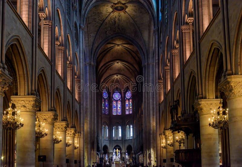 巴黎圣母院的内部在巴黎,法国 免版税库存图片