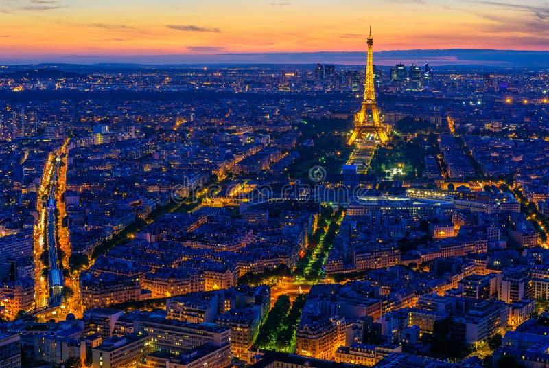 巴黎地平线和日落的艾菲尔铁塔在巴黎,法国 免版税库存图片