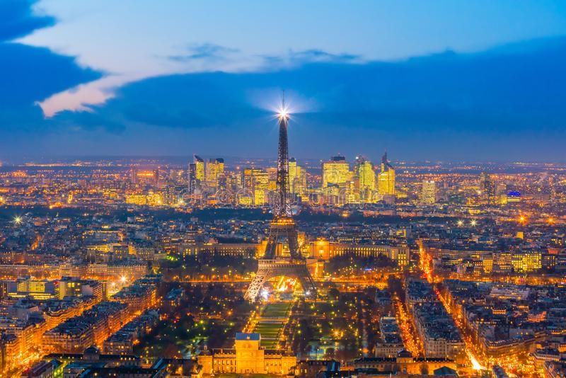 巴黎地平线和日落的艾菲尔铁塔在法国 免版税库存照片