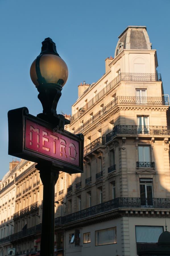 巴黎地铁的路标有大厦门面的 法国 免版税库存照片
