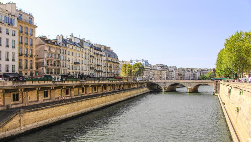 巴黎塞纳河居民建筑 免版税库存照片