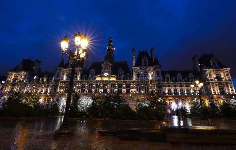 巴黎市政厅用圣诞树装饰了在晚上 法国巴黎 库存照片