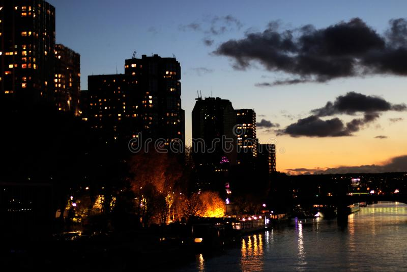 巴黎朝向摩天大楼de塞纳河Beaugrenelle区在日落 免版税图库摄影