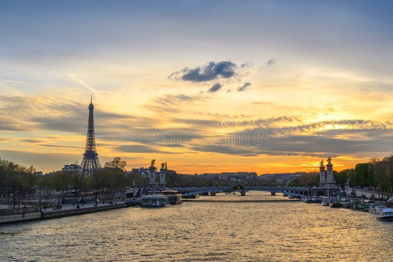 巴黎法国市在塞纳河的地平线日落 免版税库存照片