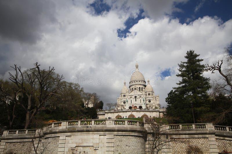 巴黎法国,美妙的天旅行,在Sacré-Coeur大教堂前面的蓝色多云天空观光的地方有吸引力的城市风景  免版税库存照片