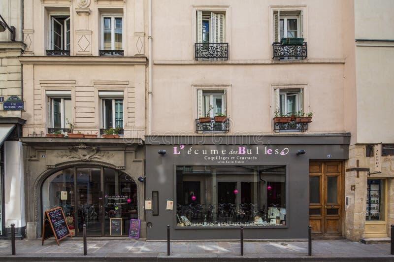 巴黎法国4月29日专门研究海鲜的2013法国人小餐馆 库存照片