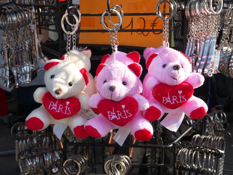 巴黎纪念品玩具熊锁上持有人待售 库存照片