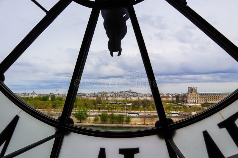 巴黎都市风景,地平线视图通过著名时钟在奥尔赛博物馆 ?? 2019?4? 图库摄影