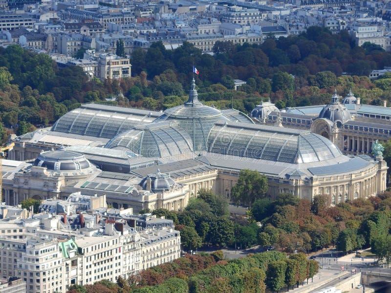 巴黎鸟瞰图有游船的巴黎大皇宫、小皇宫和Madelaine教会在塞纳河 库存图片