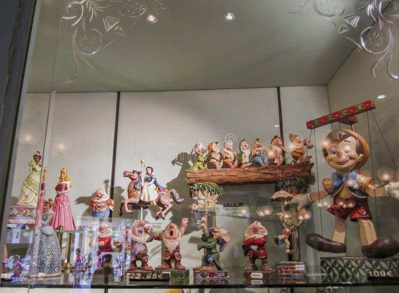 巴黎,法国;2011年6月16日;不同的迪斯尼人物的美好的图对收藏家的待售 免版税库存图片