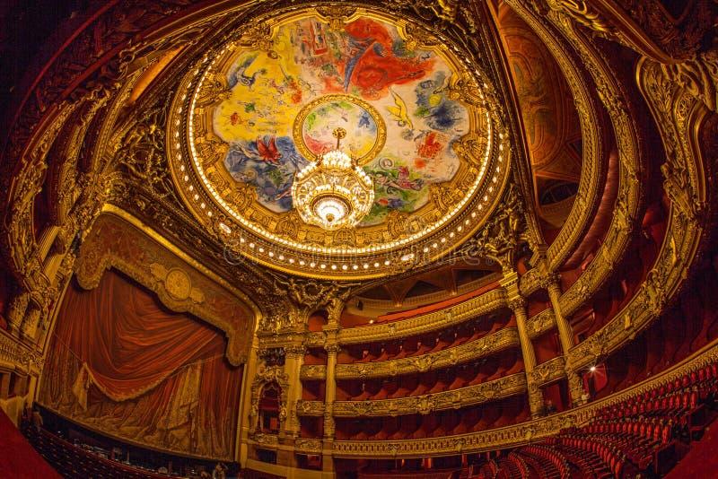 巴黎,法国- 2017年10月:在Palais Garnier歌剧Garnier里面的观众席在巴黎,法国 天花板区域 库存图片