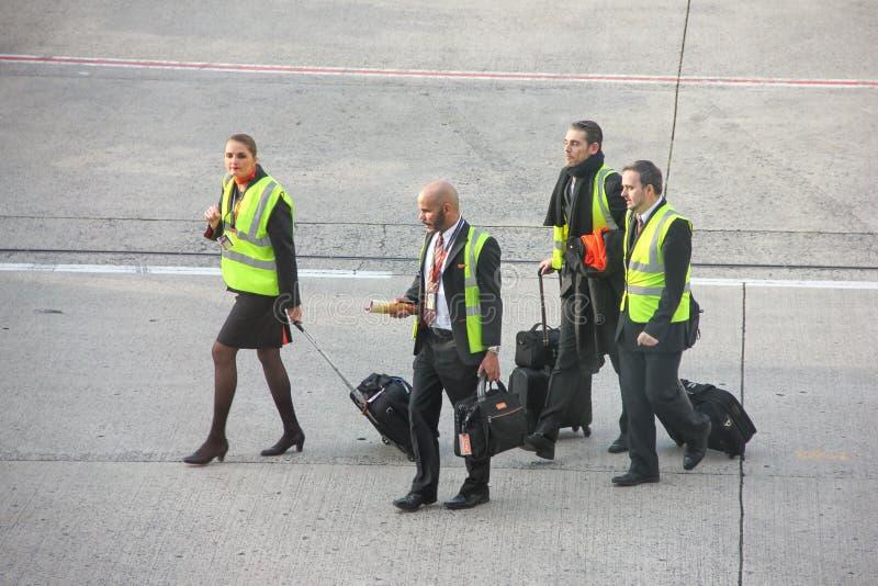 巴黎,法国- 2016年4月:客舱乘员组易捷航空走在机场跑道的小组在戴高乐机场 库存照片