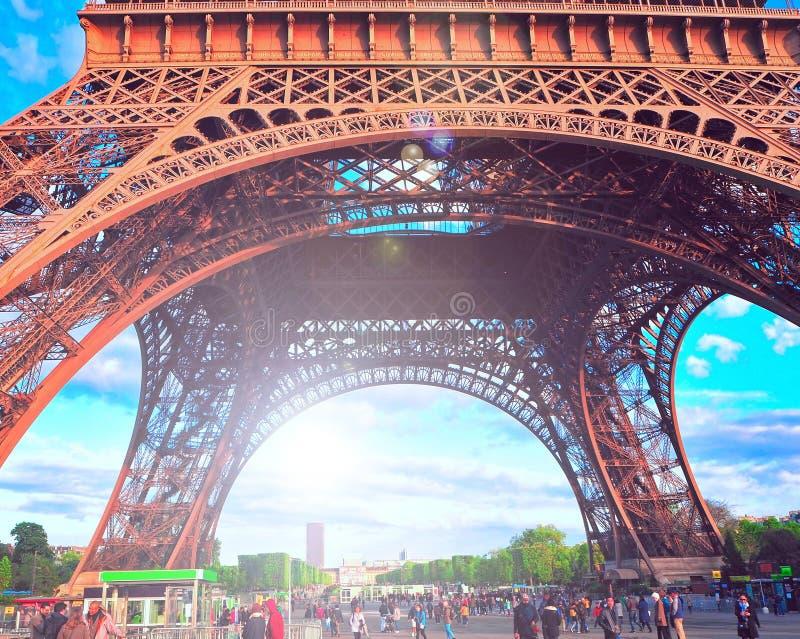 巴黎,法国- 2016年4月:摆正在埃佛尔铁塔下在日落,从底部的城镇设计 免版税库存图片
