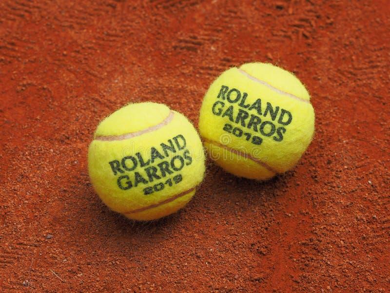 巴黎,法国- 2019年5月26日:两罗兰・加洛斯全垒打红土网球场表面上的网球 免版税库存照片
