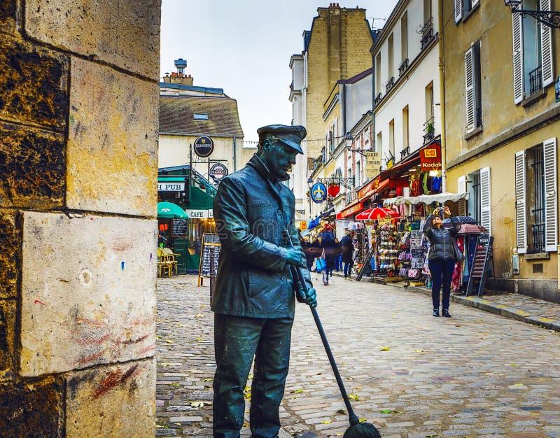 巴黎,法国- 2017年11月11日:作为雕塑被传统化的演员街道表现 11月11日的多雨秋天晚上在Pa 免版税库存图片