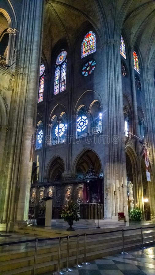 巴黎,法国- 2016年10月17日:巴黎圣母院大教堂、专栏内部看法和大教堂的彩色玻璃 库存图片