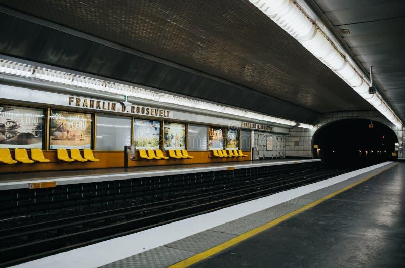 巴黎,法国- 2016年6月26日:空的富兰克林D 罗斯福地下地铁车站内部透视图 城市 免版税库存照片