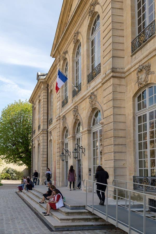 巴黎,法国- 2017年3月30日:罗丹是法国雕刻家 auguste显示法国法国博物馆巴黎rodin雕刻家工作 它标题字排版在旁边 免版税库存照片