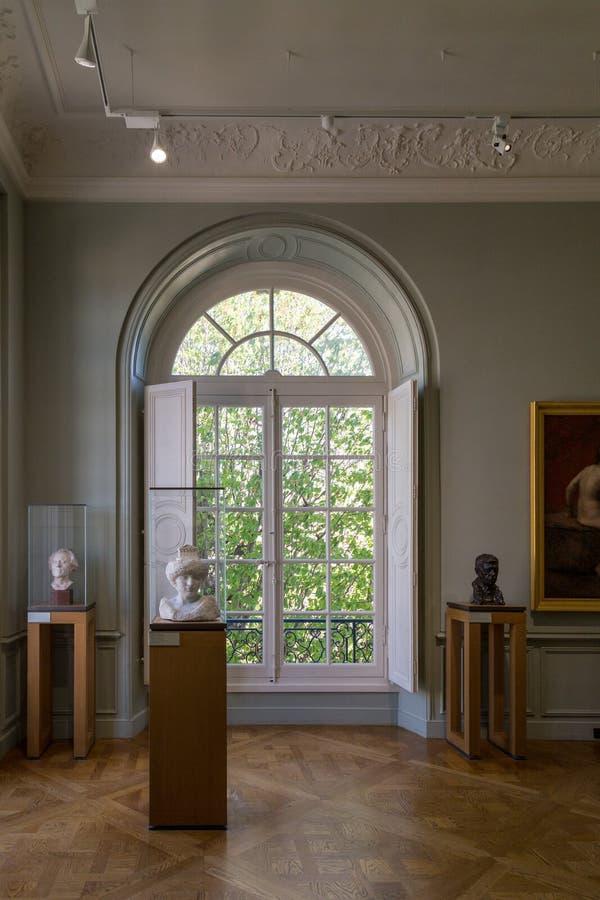 巴黎,法国- 2017年3月30日:罗丹是法国雕刻家 auguste显示法国法国博物馆巴黎rodin雕刻家工作 它标题字排版在旁边 库存图片