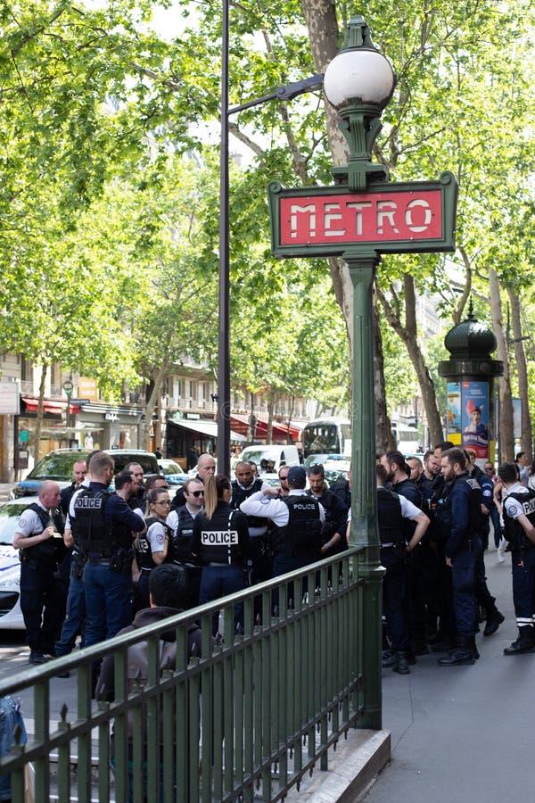 巴黎,法国- 2019年5月25日:警察在大道的豪斯曼巴黎 有在巴黎街道上的很多警察由于 免版税库存图片