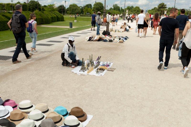 巴黎,法国- 2018年6月02日:非法街道纪念品贸易在巴黎,法国 库存照片