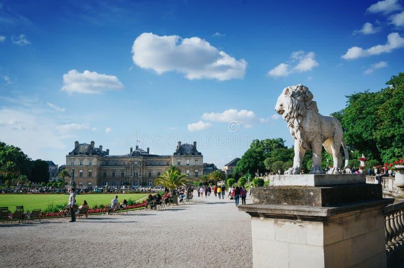 巴黎,法国- 2016年6月26日:Palais du卢森堡或卢森堡宫殿看法在与狮子雕象的明亮的夏天好日子 库存照片
