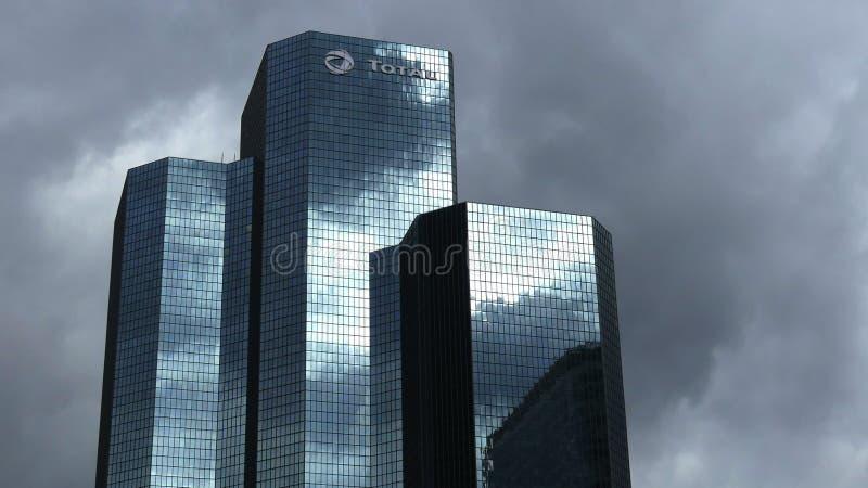 巴黎,法国- 2017年10月8日 反射在总S的多云天空 A 总部设摩天大楼 库存图片