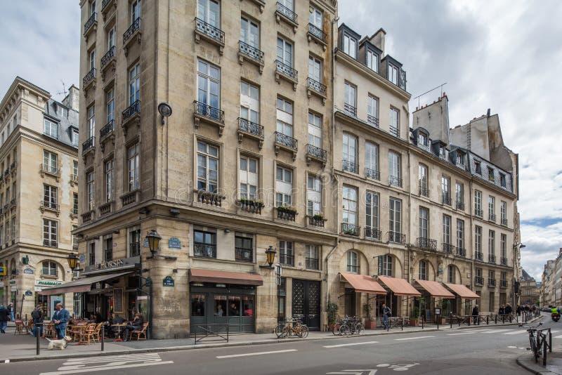 巴黎,法国4月29日2013典型的餐馆在巴黎,法郎 免版税库存图片