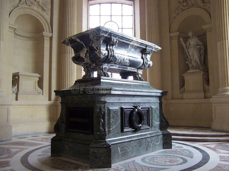 巴黎,法国8月07日2009年:拿破仑的坟茔的里面,在荣军院博物馆的圆顶des Invalides 免版税库存图片