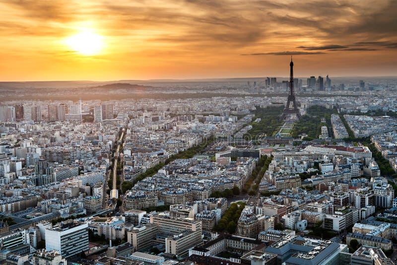 巴黎-埃佛尔铁塔和大厦 免版税库存图片