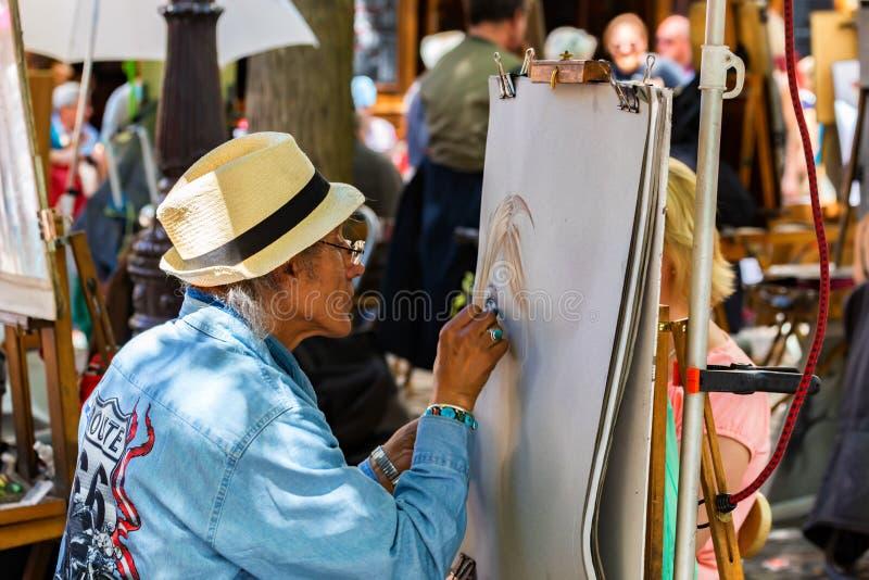 巴黎- 2014年6月14日:蒙马特小山的公开画家在巴黎 免版税库存图片