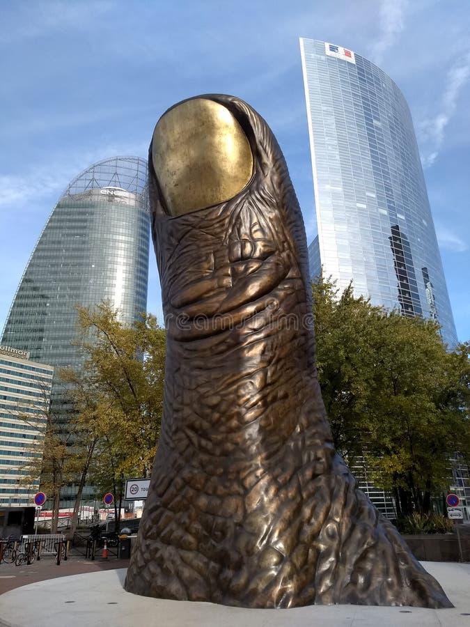 巴黎/France - 2017年11月01日:对拇指由雕刻家凯撒・巴达奇尼的Le Pouce的古铜色纪念碑 库存照片
