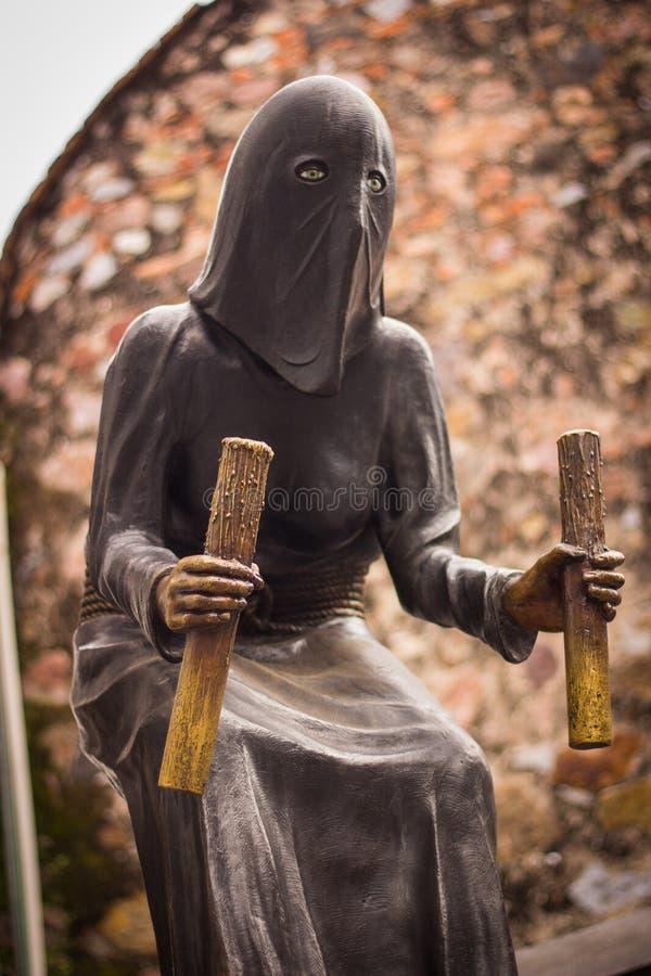 戴头巾中世纪刽子手雕象在Taxco格雷罗州墨西哥 库存图片
