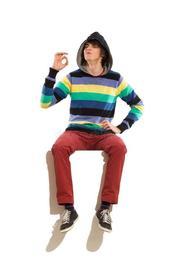 戴头巾人坐横幅。 免版税库存图片