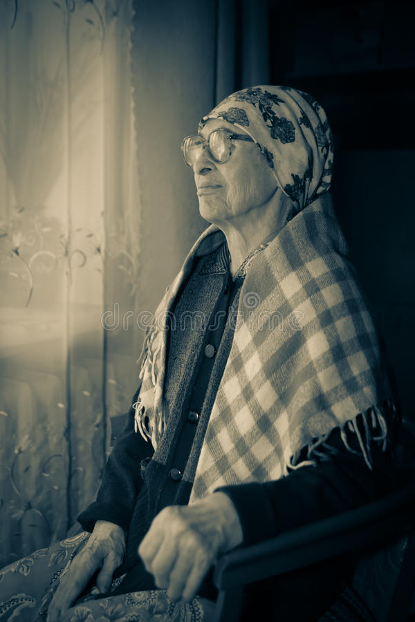 围巾和玻璃的祖母 库存照片