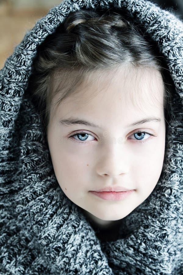 戴头巾毛线衣的女孩 库存照片
