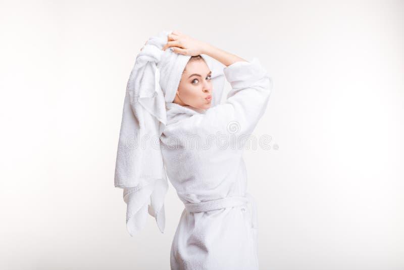 浴巾的嬉戏的妇女有在顶头送的亲吻的毛巾的 库存图片