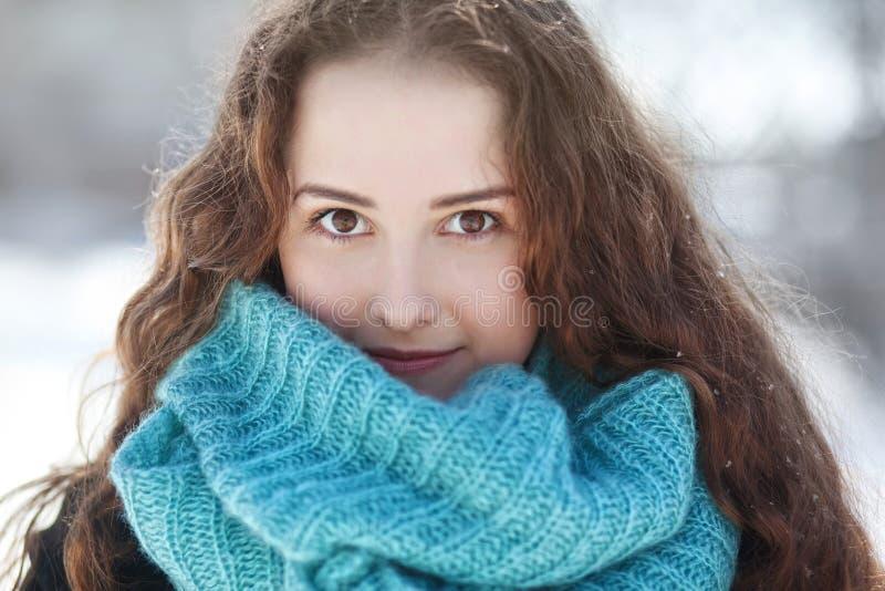 围巾的美丽的少妇 免版税库存图片