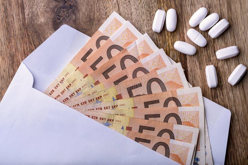 货币和药片 库存照片